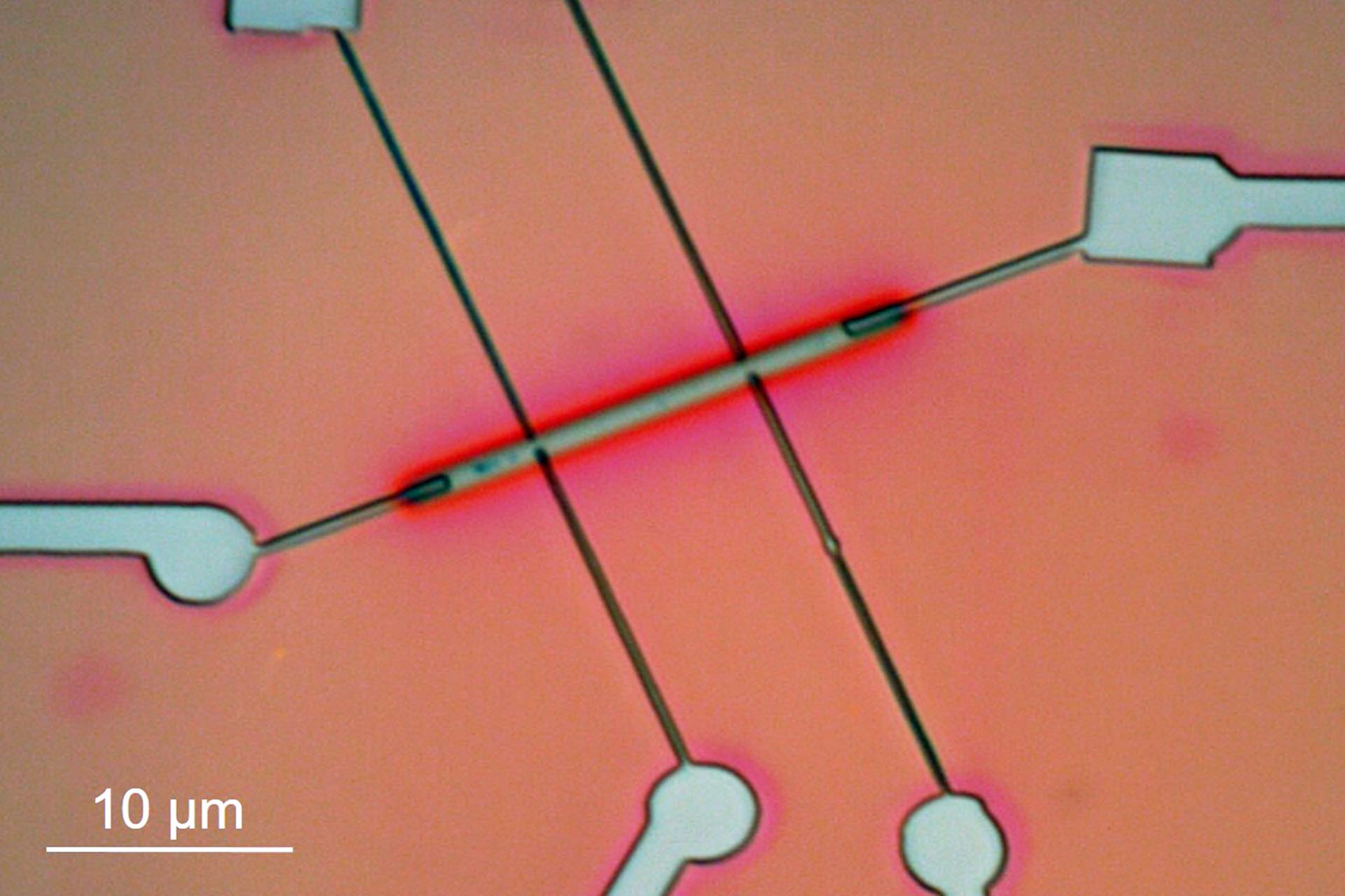 Patterned and developed contacts to a Co nanowire (Courtesy of Heidelberg Instruments Nano and Marcos Puydinger, UNICAMP, Brazil)