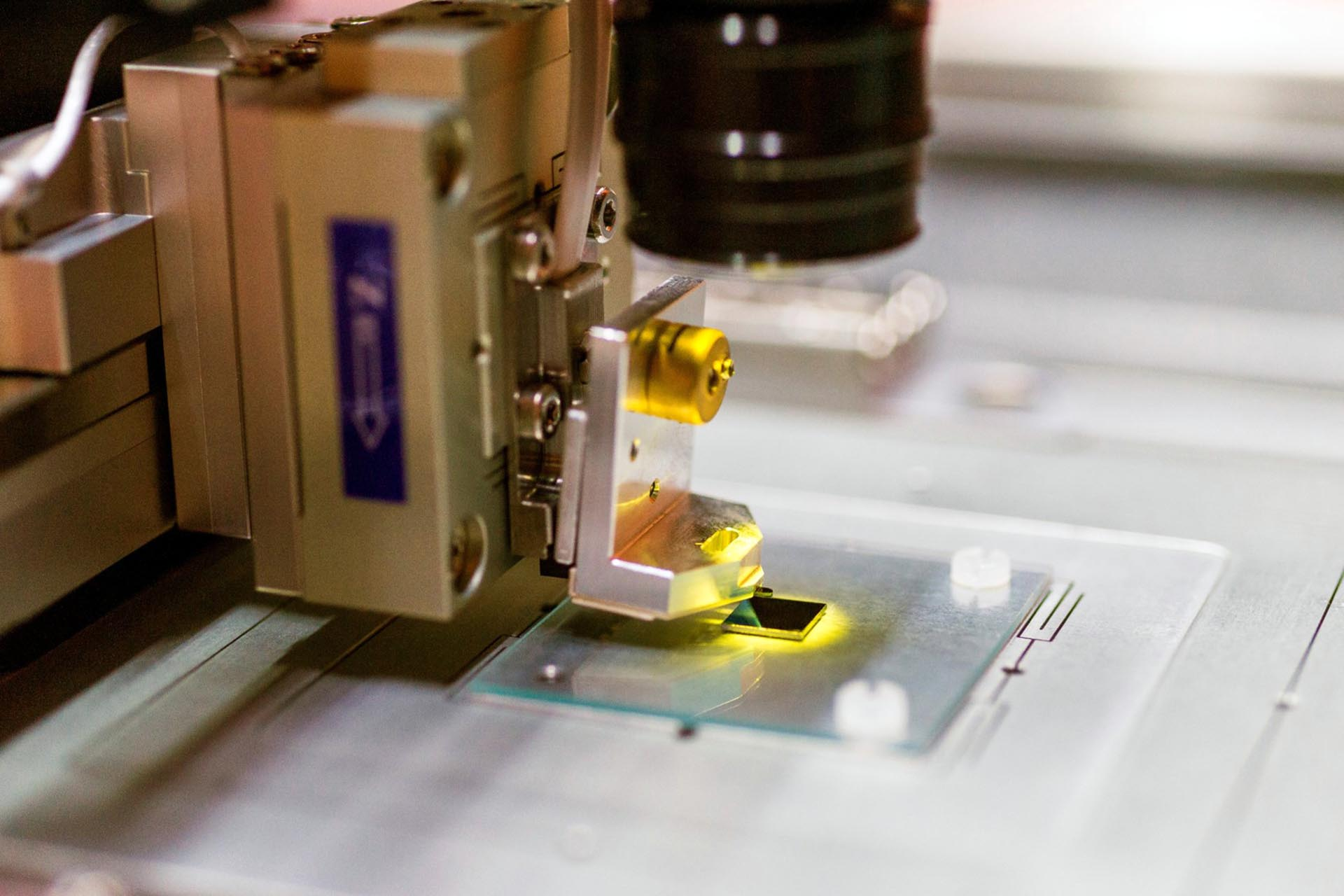 A silicon chip inside a NanoFrazor Explore on the conductive ITO sample holder (Courtesy of Heidelberg Instruments Nano)