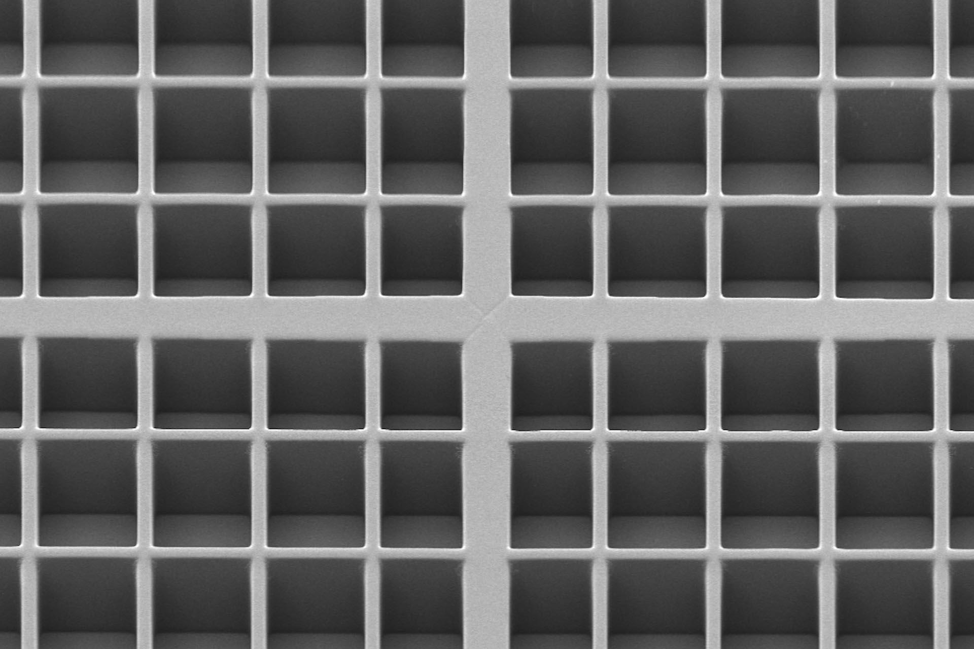 Grid test pattern structured in 25 μm thick SU-8.