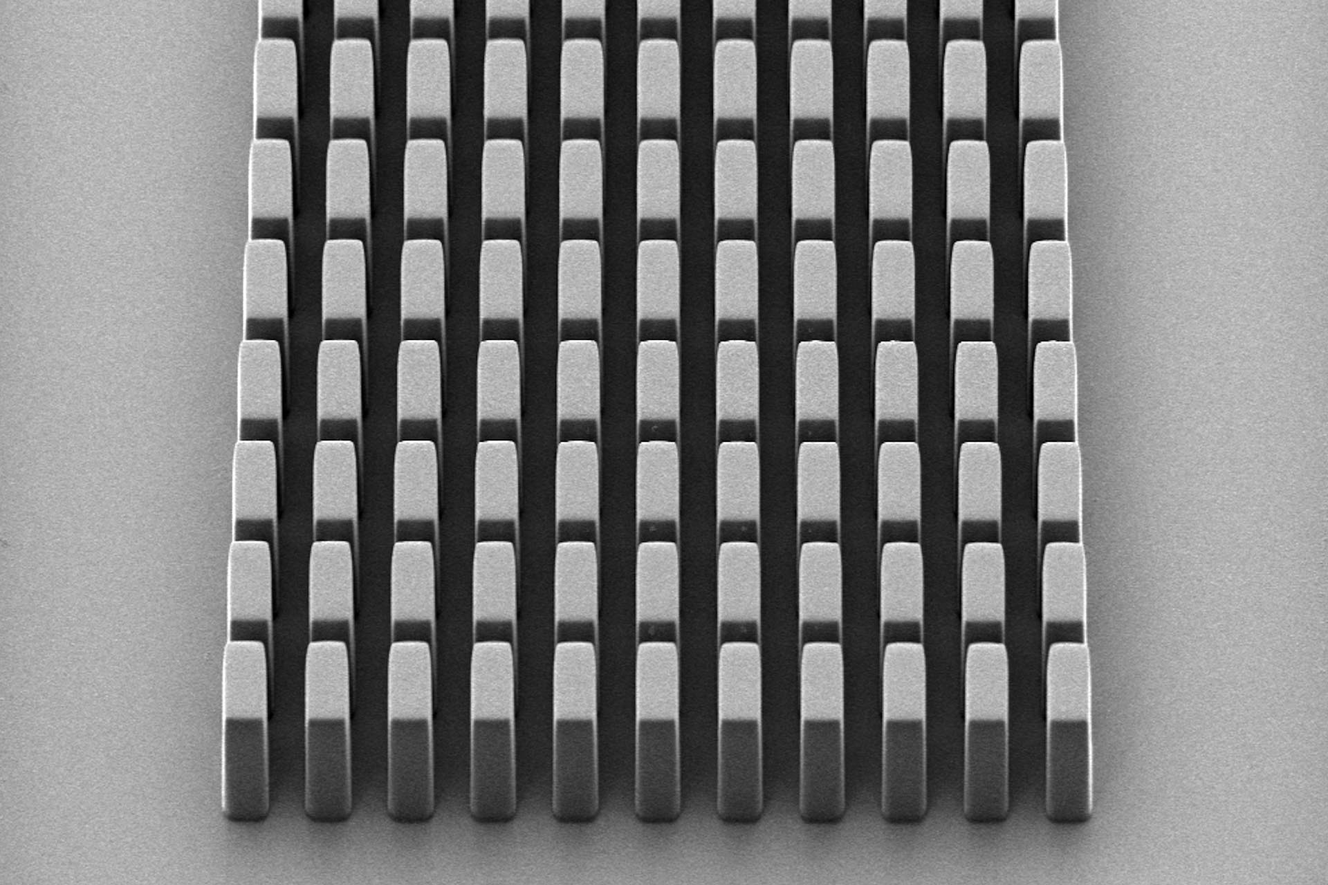 Example structure of rectangular pillars patterned in 25 25 µm of SU-8.